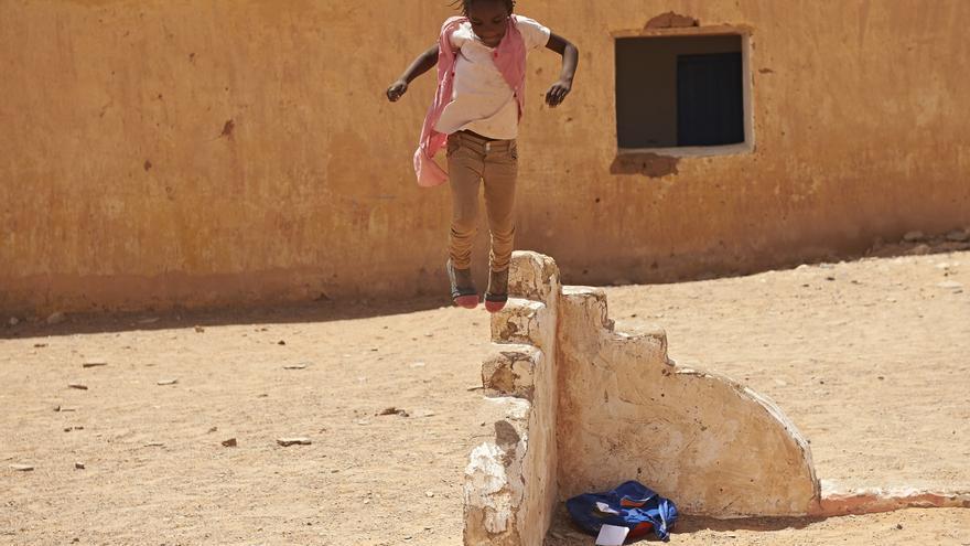Una niña refugiada saharaui juega en un campo de Tinduf.