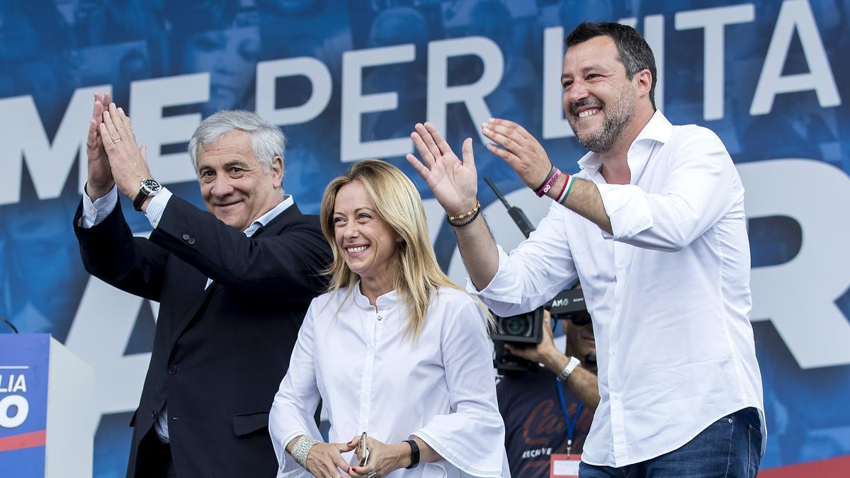 Antonio Tajani(i), vicepresidente de Forza Italia, Giorgia Meloni, líder de Hermanos de Italia, y Matteo Salvini(d), líder de Liga Norte.