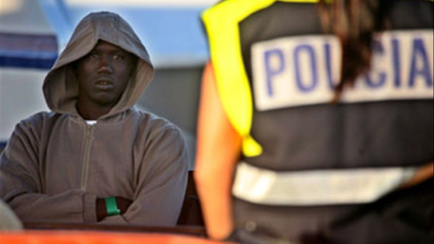 La crisis económica deja sin papeles a unos 5.000 inmigrantes en Canarias