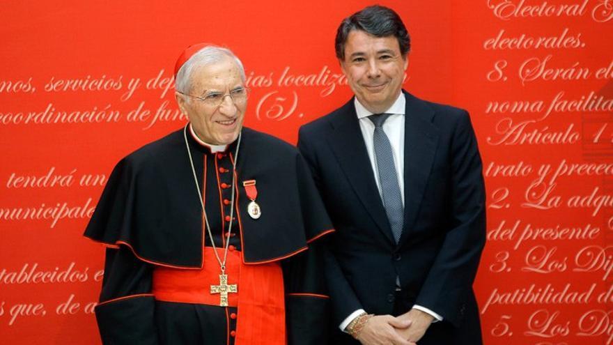 El presidente madrileño, Ignacio González, con el arzobispo Antonio María Rouco Varela, condecorado con la medalla de Oro de la Comunidad. / madrid.org
