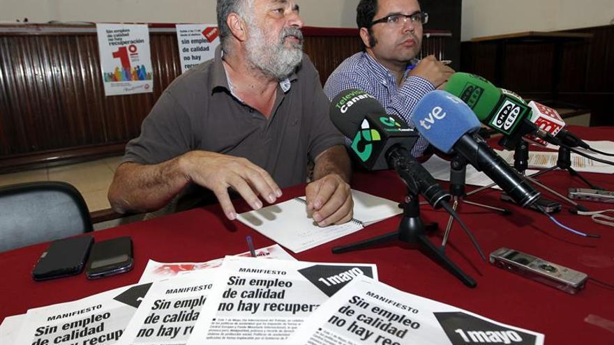 Antonio Pérez y Gustavo Santana, durante la rueda de prensa que ofrecieron este martes para informar de los actos previstos con motivo del 1 de mayo. EFE/Elcvira Urquijo A.