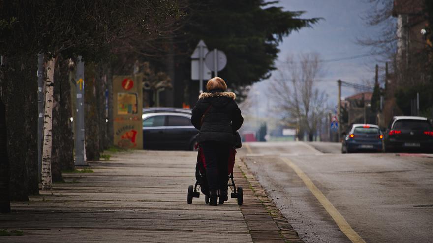 Una mujer pasea con un carrito de bebé. | ALMA CAMACHO