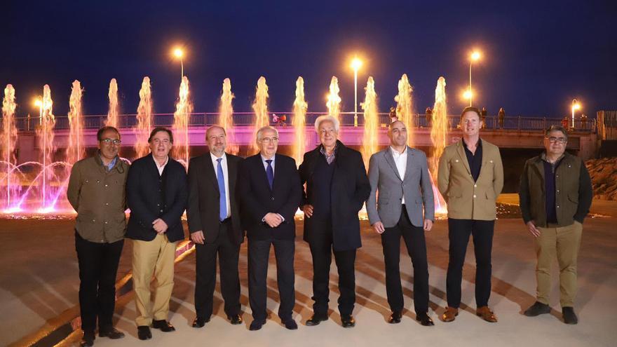 El presidente Imbroda (PP), cuarto por la izquierda, en la inauguración de la fuente