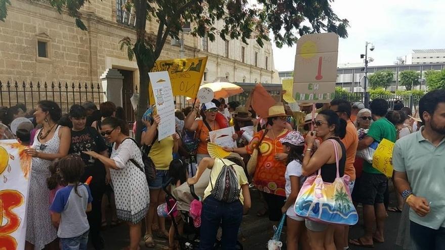 """Las AMPA que reclaman climatización en las aulas protestan en el Parlamento con su lema """"escuela de calor"""""""