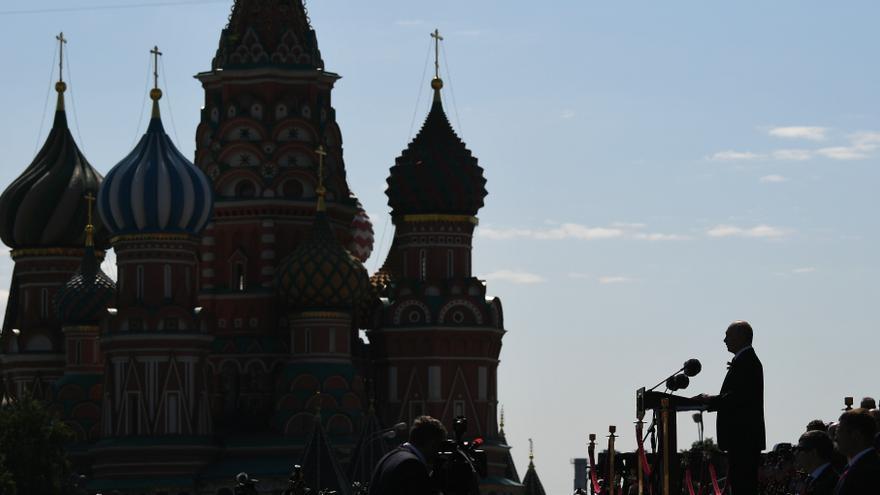 Archivo - El presidente ruso, Vladimir Putin, dando un discurso en la Plaza Roja, frente al Kremlin