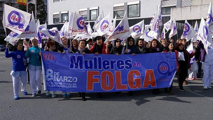 Manifestación durante la huelga feminista del 8M en un hospital de A Coruña