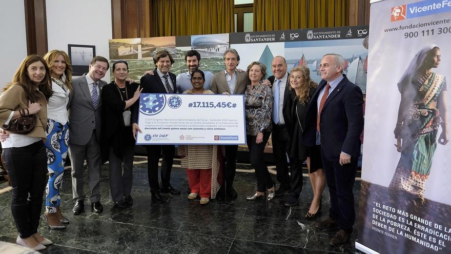 Los administradores de fincas cántabros donan 17.100 euros a la Fundación Vicente Ferrer