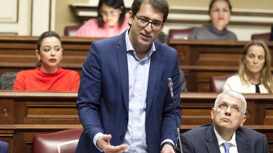 El portavoz del Grupo Socialista, Iñaki Lavandera durante el pleno del Parlamento de Canarias.
