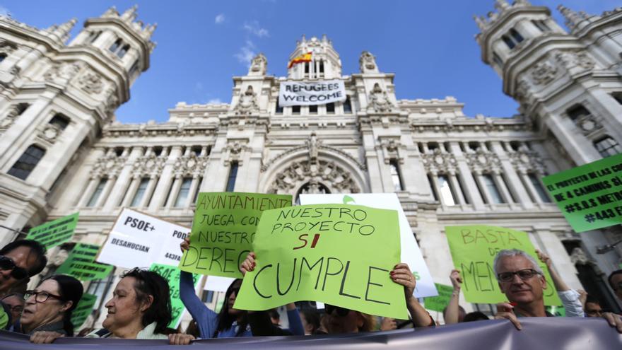 Un momento de la concentración convocada en 2016 por la Cooperativa Metropolitan ante el Ayuntamiento. EFE