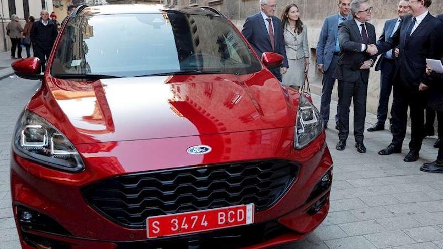 El president de la Generalitat, Ximo Puig, saluda al presidente de Ford Europa, Stuart Rowley, junto al nuevo Kuga híbrido.