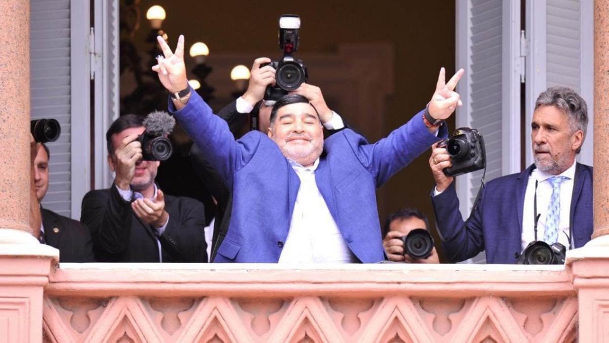 Maradona en el balcón de la Casa Rosada durante una visita a Alberto Fernández