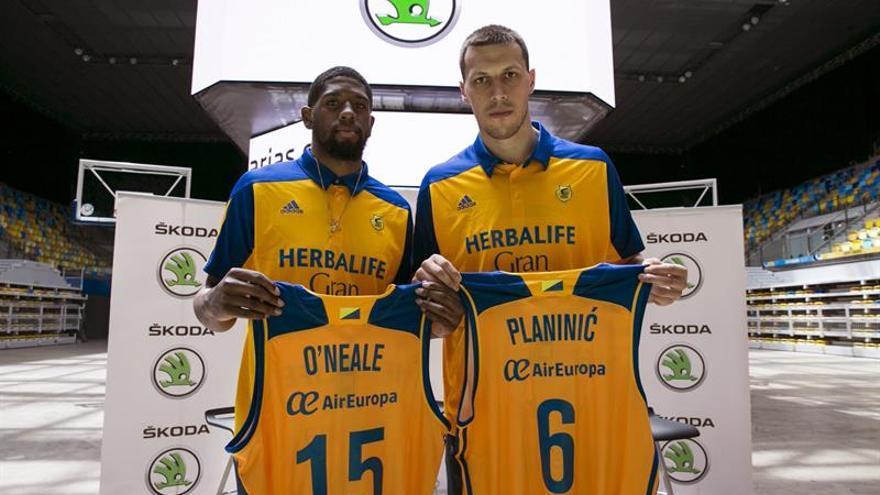 Los nuevos jugadores del Herbalife Gran Canaria Oneale (i) y Planinic (d) durante su presentación en las Palmas. EFE/Quique Curbelo