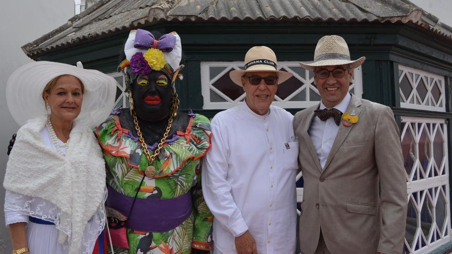 La Negra Tomasa con el cónsul de Cuba, su esposa y el alcalde.