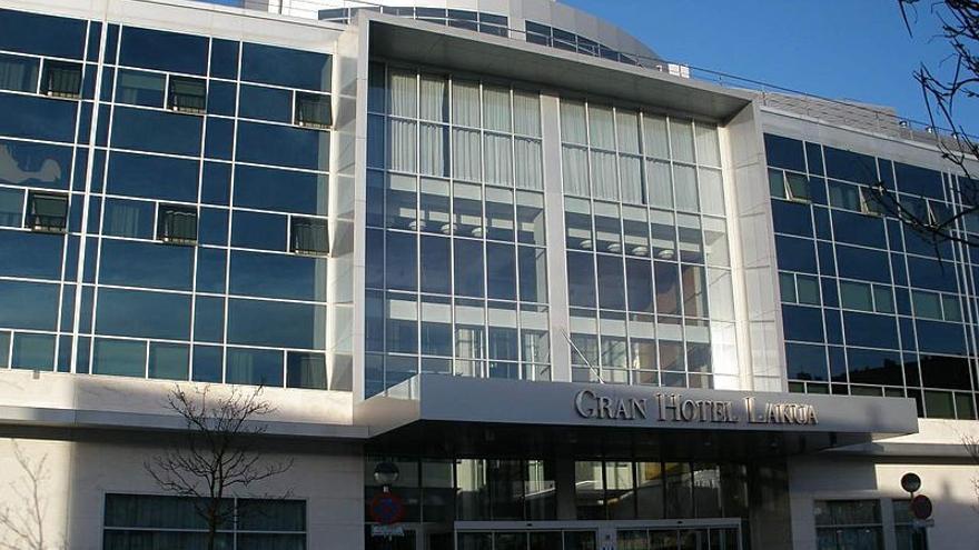 Vista de la entrada al hotel Lakua de Vitoria
