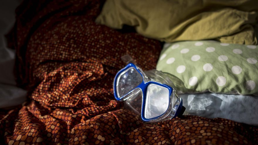 En la habitación de Nadym cuelgan las gafas de agua que utilizó para cruzar de Turquía a Grecia. | FOTO: María Contreras Coll.