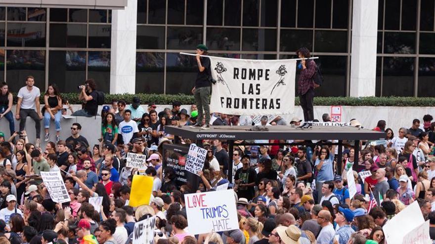 Más de 8.000 personas protestan contra Trump en Los Ángeles, EE.UU.