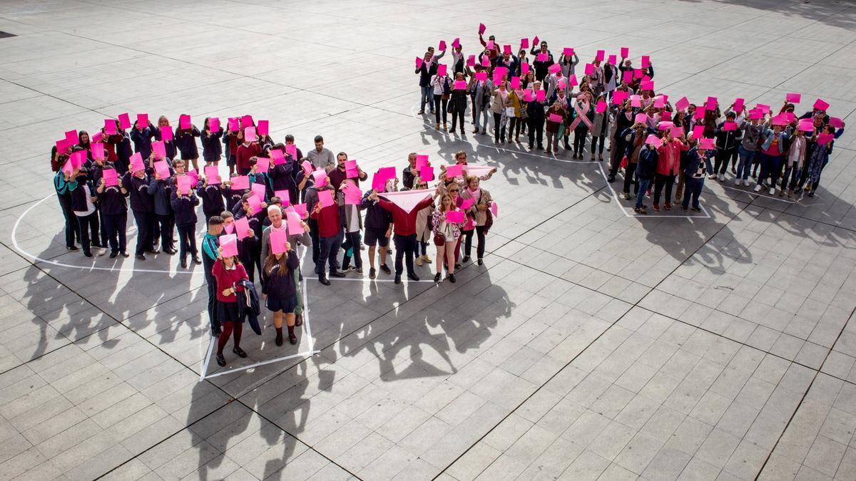 Lazos rosas en conmemoración del Día Internacional Contra el Cáncer de Mama. EFE/ Raquel Manzanares/Archivo