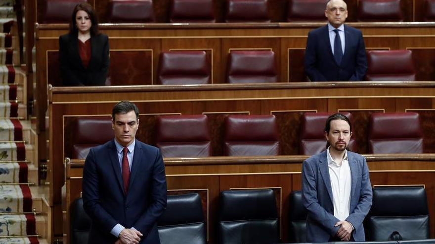 Pedro Sánchez y Pablo Iglesias guardan un minuto de silencio por las víctimas de la Covid-19 en el Congreso.