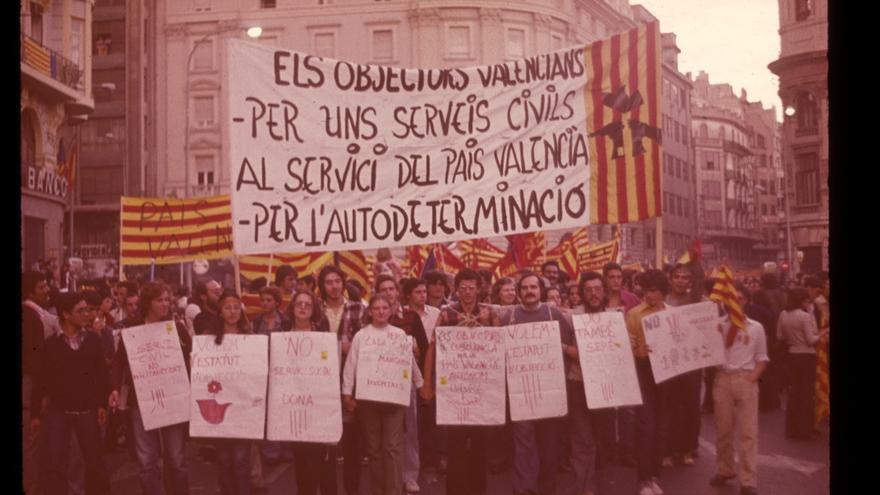 Miembros del Movimiento de Objeción de Conciencia en la manifestación del 9 d'Octubre de 1977 en Valencia
