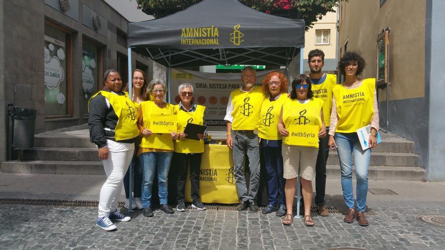 Los activistas del grupo local de Amnistía Internacional en la acción de calle. Foto: LUZ RODRÍGUEZ.