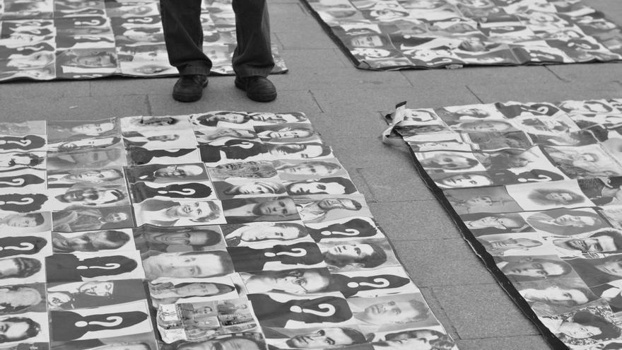 Representación de las víctimas del franquismo en la Puerta del Sol, Madrid 21 de marzo de 2013. Foto de Xanti Fakir bajo licencia CC BY 2.0 vía flickr