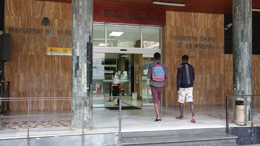 Solicitantes de asilo atrapados en Canarias quedan a la espera de la lotería de los viajes a la Península
