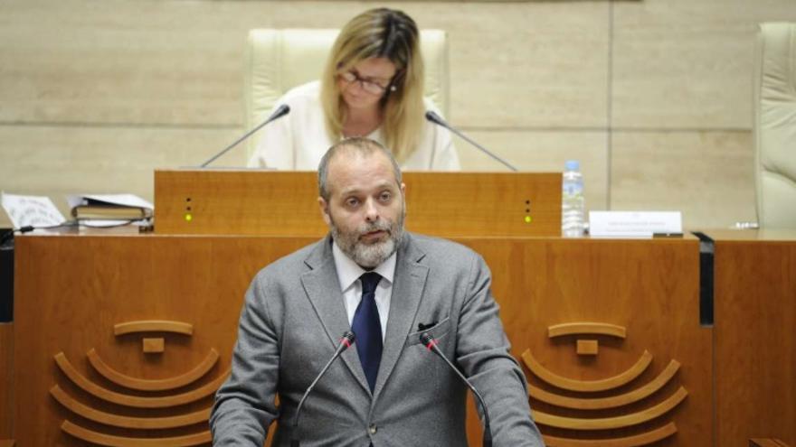 El consejero de Economía, Ciencia y Agenda Digital, Rafael España, durante su comparecencia en el Pleno la Asamblea de Extremadura, convocado para la convalidación del Decreto-Ley