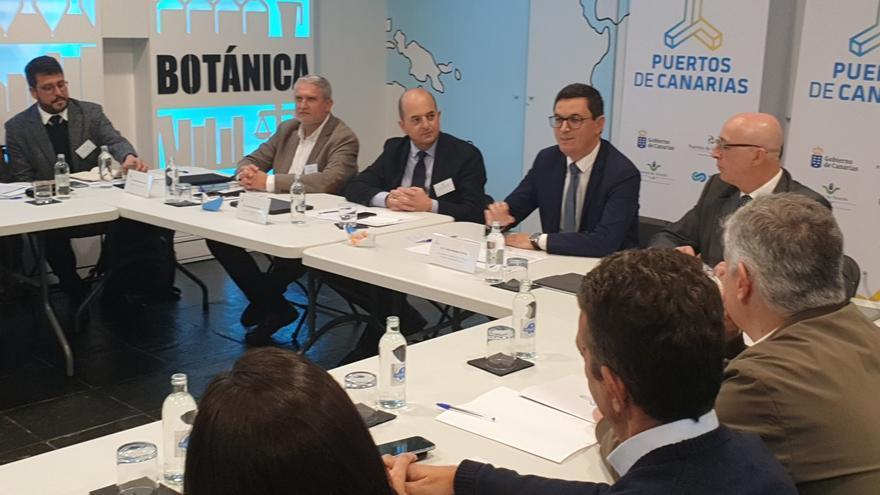 Los presidentes de las autoridades portuarias de Canarias, Juan José Cardona y Pedro Suárez presentan proyectos comunes.