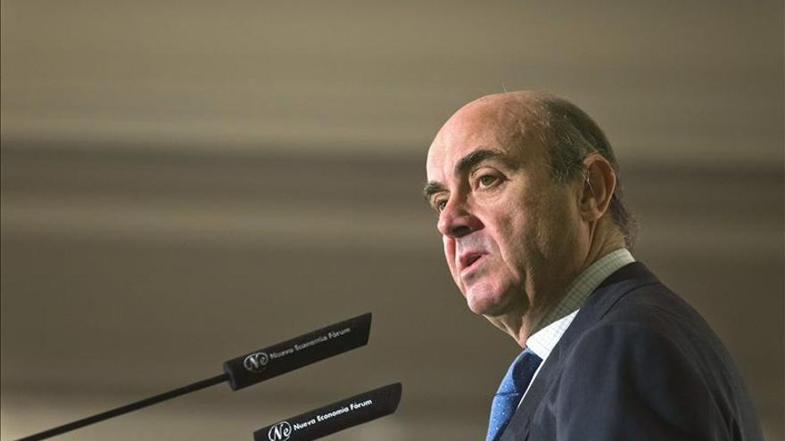 """De Guindos defiende la """"mutualización de riesgos"""" para que el euro funcione"""