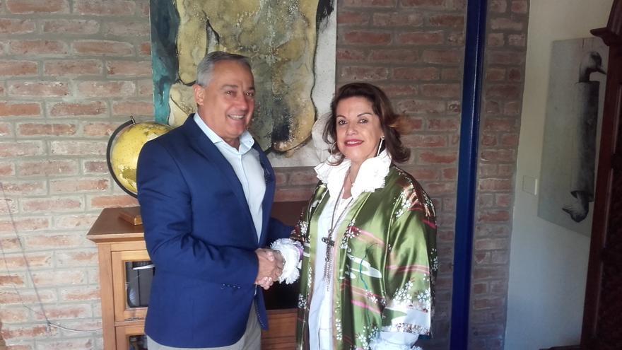 Carlos Camacho, delegado de Radio Ecca en La Palma, y María José Cutillas Morales, directora general de Óptica MJ Cutillas.