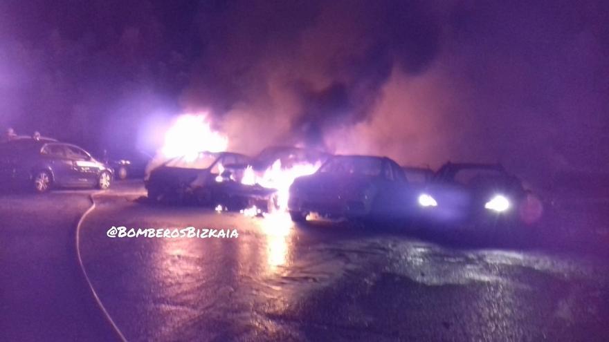 Calcinados 21 coches y afectados otros ocho en un incendio en una empresa de alquiler de vehículos en Zamudio