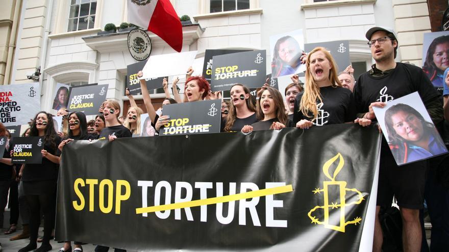 Varios activistas sostienen un cartel que pide el fin de la tortura a las afueras de la embajada de México, en solidaridad con las víctimas de tortura © AIUK