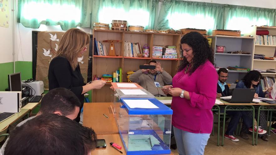 La candidata del PP a la Alcaldía de Mazo, Damaris Ferraz, ha votado en la Villa.