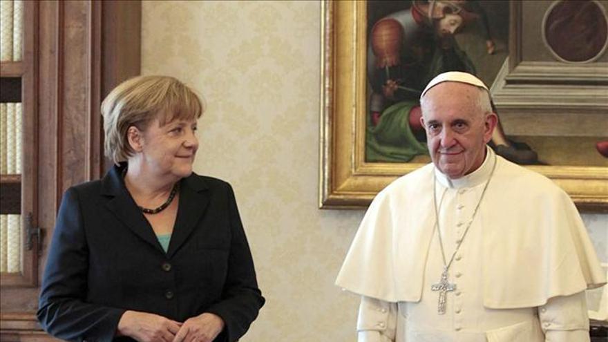 El papa abordó con Merkel la situación socio-política y económica de Europa