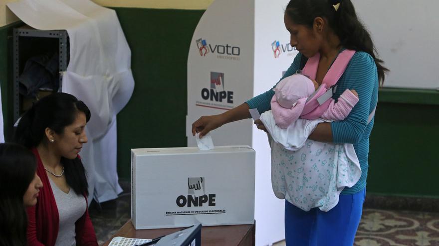 Seis candidatos presidenciales de Perú pugnan por pasar a una segunda vuelta