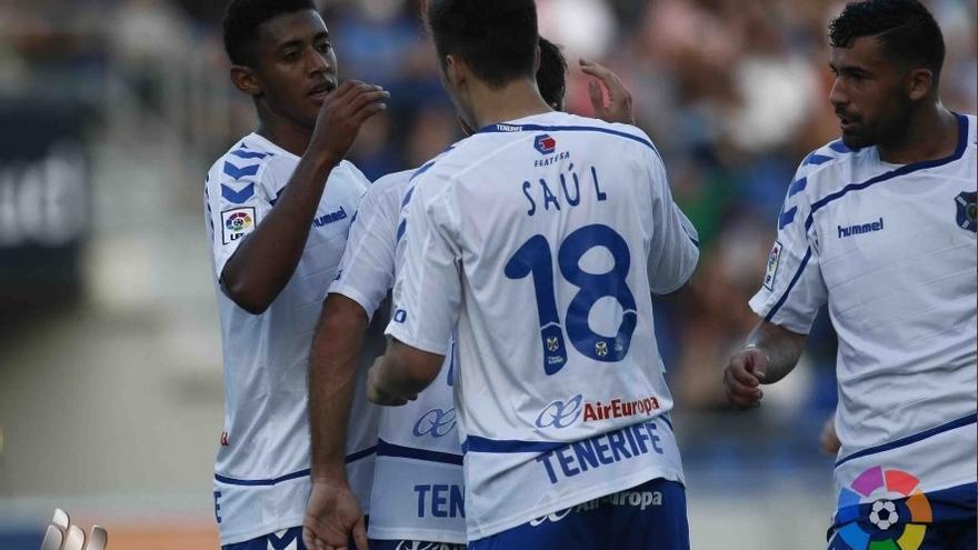 Los jugadores del CD Tenerife celebrando uno de los tantos en el Heliodoro Rodríguez López ante el Bilbao Athletic.
