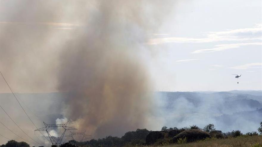 Un nuevo incendio en Fermoselle (Zamora) corta una línea de alta tensión