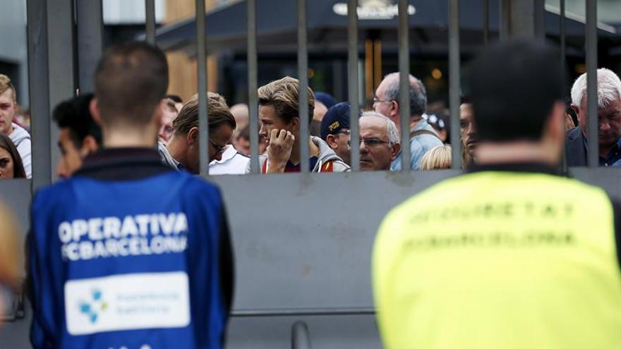 Ambiente en las puertas del estadio Camp Nou tras decretarse a puerta cerrada el partido entre el Barcelona y Las Palmas. EFE/Alejandro García