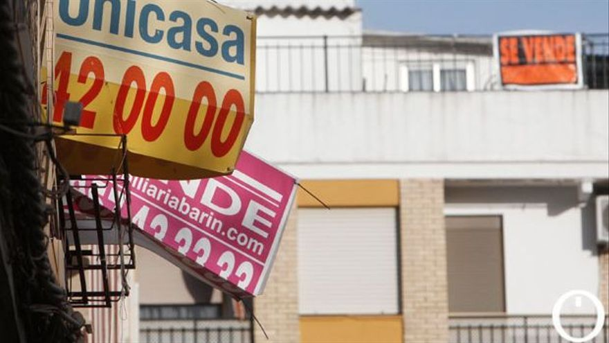 Viviendas con el cartel de se vende en un barrio de Córdoba