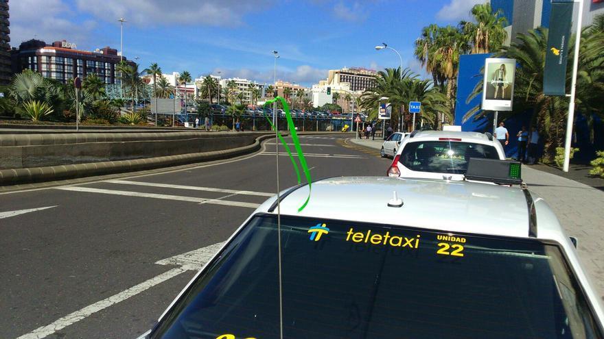 Lazo verde en la antena de un taxi de Las Palmas de Gran Canaria.