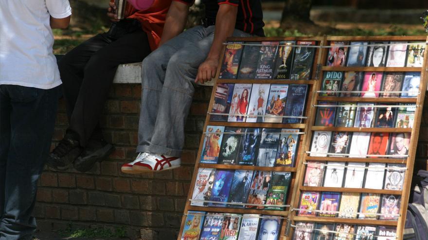 Venta de películas pirata en una calle