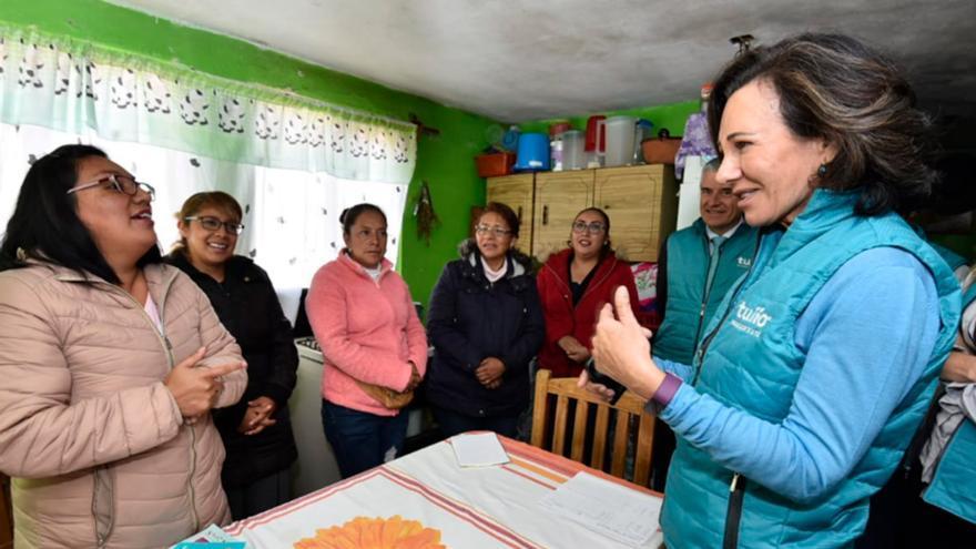 Ana Botín visitó en 2018 a mujeres emprendedoras beneficiarias del proyecto Tuiio.