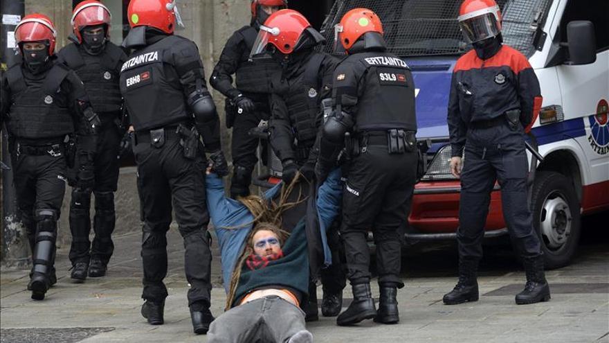 """Podemos se desmarca del """"mundo de Segi"""" pero condena la """"brutalidad policial"""""""