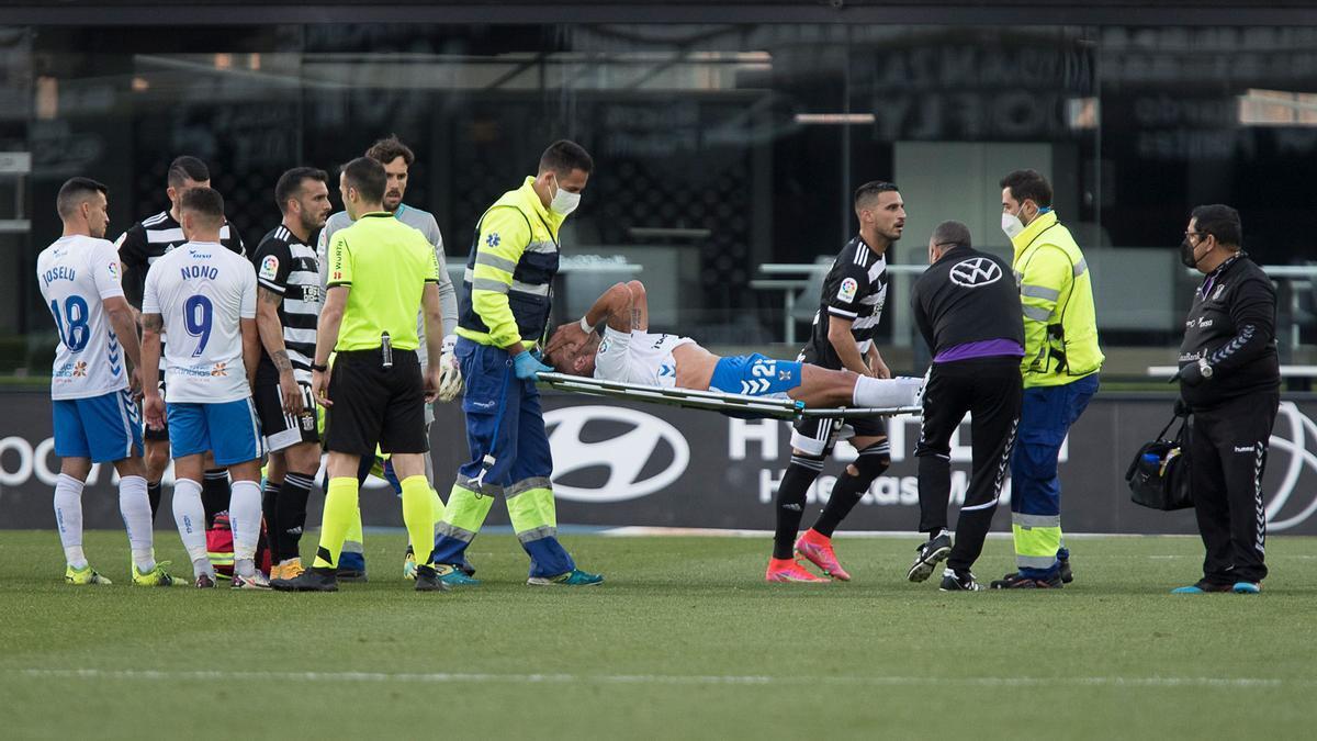 Zarfino es retirado en camilla tras lesionarse en el FC Cartagena-Tenerife