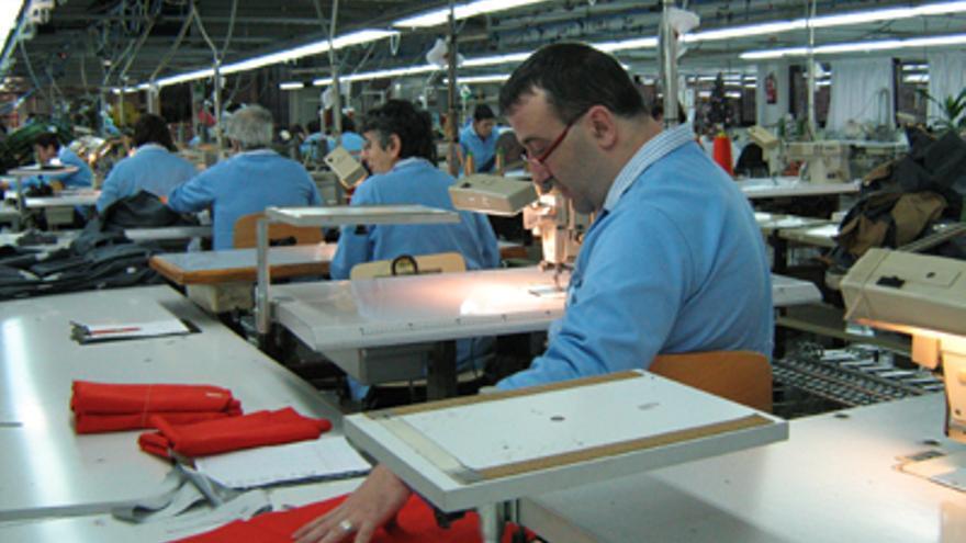 Unos discapacitados trabajan en una empresa./ EDN.