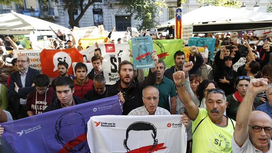 Centenares de personas protestan ante la sede de Economía por los registros