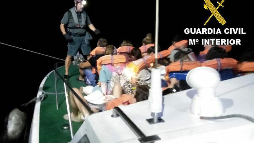 Algunos de los pasajeros del ferri rescatados por la Guardia Civil