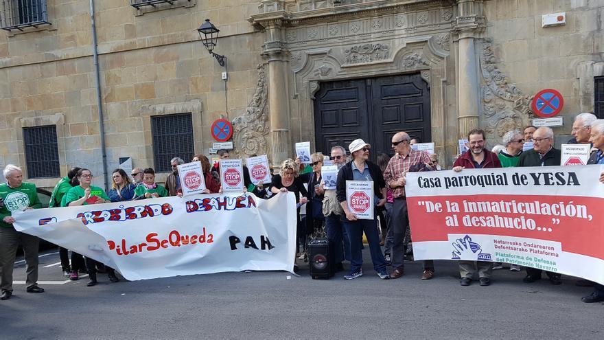Concentración frente al arzobispado de Pamplona contra el desahucio de Pilar Cortés y su familia.