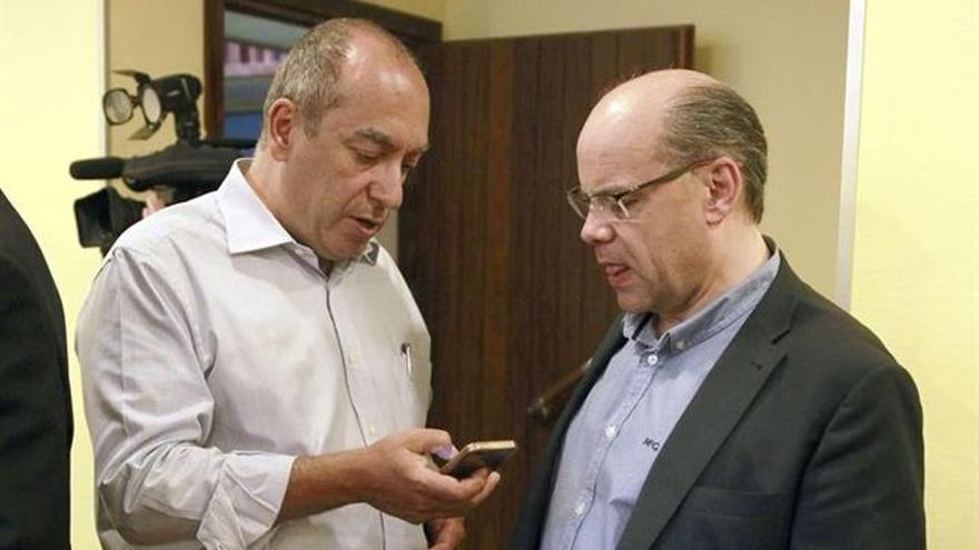 Julio Cruz (izquierda), del PSOE, y José Miguel Barragán, secretario general de CC