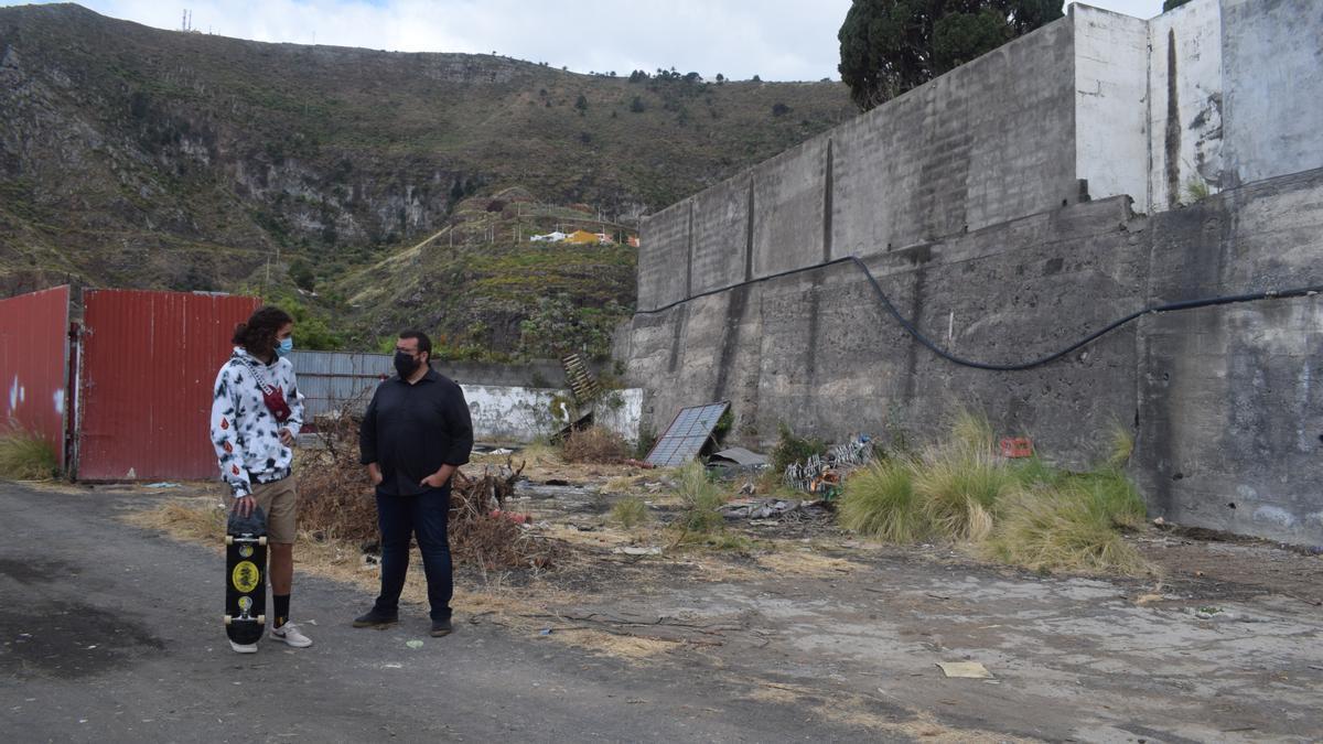 Juan José Neris (d), concejal de Servicios Públicos,  en la zona  donde se ubicará  el futuro skatepark,  en La Portada